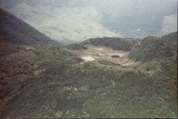平治岳本峰より雨ヶ池方面を望む