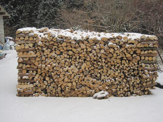 整然と積み上げられた薪