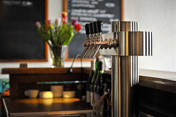 Cafe Seeblick Detail Schankanlage mit wechselnder Bierauswahl