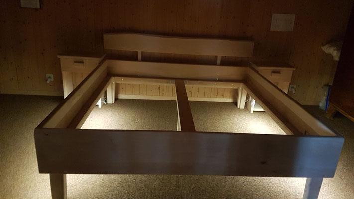 Rustikales Birkenbett mit Nachttischchen inkl. LED Bewegungsleuchten
