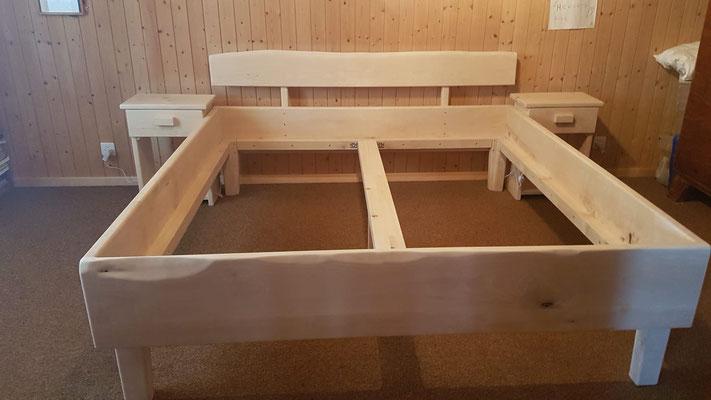 Rustikales Birkenbett mit Nachttischchen