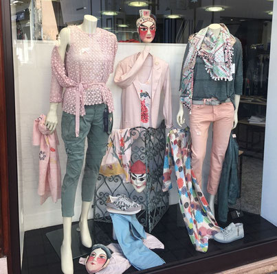 Vitrine de vêtements pour femmes au Puy en Velay