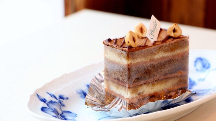 モカ (コーヒー風味の生地をバターチョコクリームでコーティングしました)