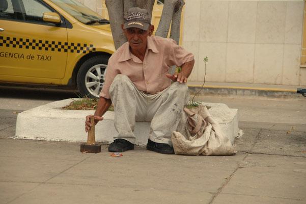 Dosen sammeln, klein stampfen und das Material verkaufen......