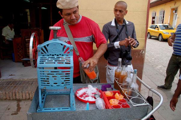 Eisverkauf: Vom Block abgeschabt und mit etwas Sirup serviert...Einfach und lecker