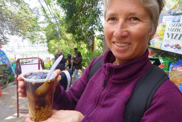 MOTE CON HUESILLOS ist ein süssliches Getränk mit eingelegten Getreidekörnern, Mais und Pfirsichen