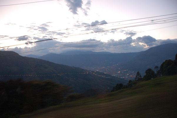 Aus 3500m geht es runter ins abendlich erleuchtete Medellin.