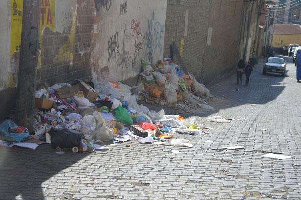 Müllbeseitigung etwas fragwürdig.  Gesammelte Werke an den Strassenecken