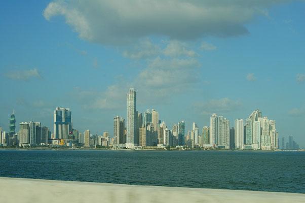 Von Isleta Flamenco sieht man die Skyline