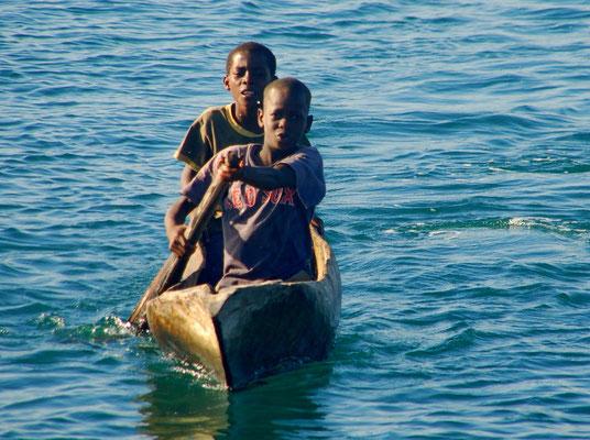 Junge Boatboys kommen den ganzen Tag.....