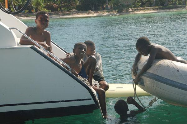 Kinder beim Spiel an Bord....