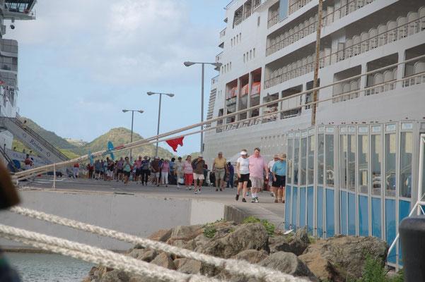 Pro Schiff ca. 4000 Touristen.... für 3 Stunden auf Landgang