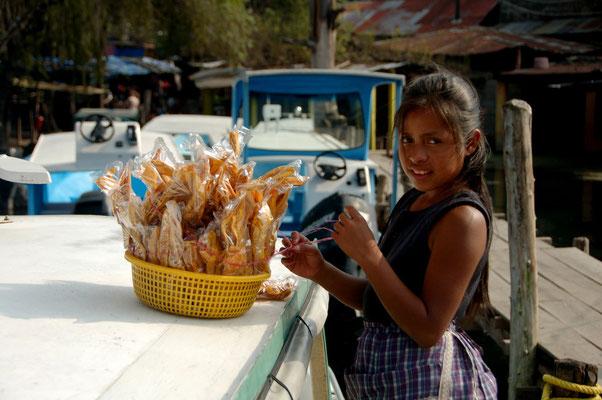 Olivia ist 9 jahre alt, verkauft für ihre Mutter Gebäck
