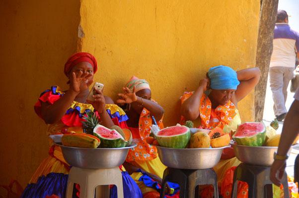Obstverkäuferinnen am Strassenrand
