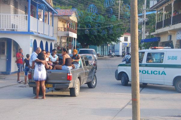 PickUp-Fahrten sind normal, vor den Augen der Polizia