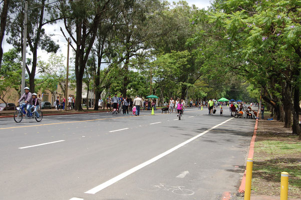 Sonntags sind viele Strassen zu Gunsten von Fußgängern und Radfahrern für Autos gesperrt