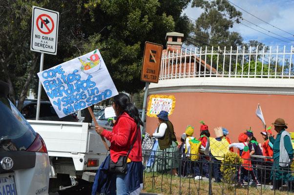 Demonstrieren lernen Bolivianer schon im Kindergarten: Hier für mehr Vitaminas im Essen