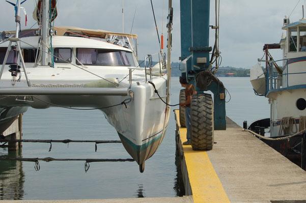 Abel - Marina bzw. Werft:  Die Anlage ist exakt 7,38 m breit. Ganz vorsichtig, kein Platz für Fender