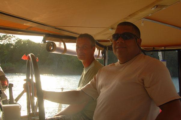 Einmal im Leben einen Segelcatamaran steuern....  Advisor Ivan ist happy.