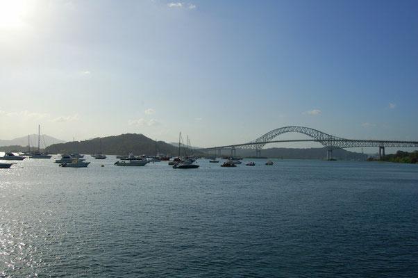 Balboa Yacht Club auf der Pazificseite. Hinten die Puente de las Americas