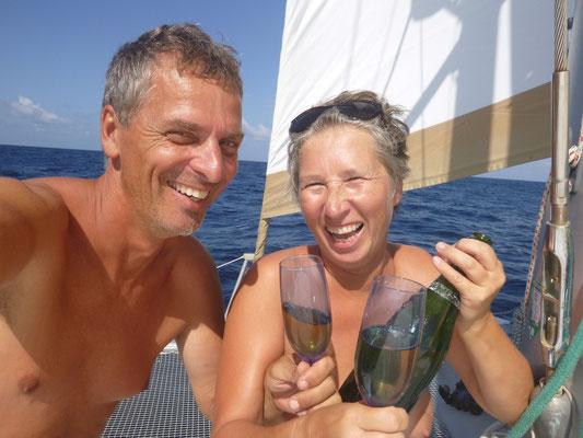 ...Anstossen, mit Champagner der extra für den Äquator 2008 an Bord genommen wurde.