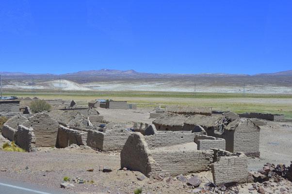 Zwischen Potosi und Uyuni gibt es viele aufgegebene Ortschaften. Lehmbauweise ist nicht wasserfest.
