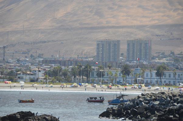 Der Ort liegt in einer grossen Bucht, direkt vor den über 1000m hohen Bergen