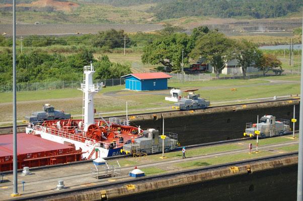 Ein Frachter wird eingezogen, vorne mit 4 Lokomotiven