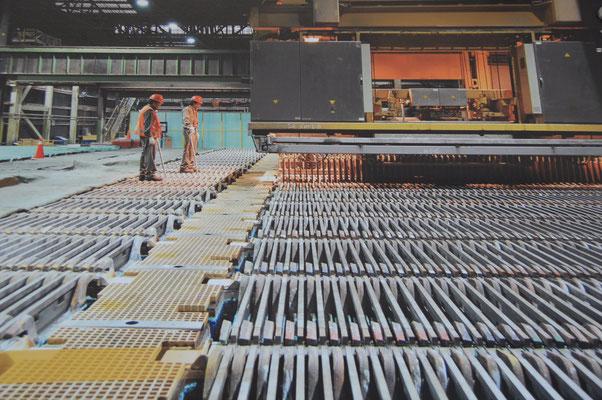 """Galvanisch werden die gegossenen Kupferplatten """"vergütet"""""""