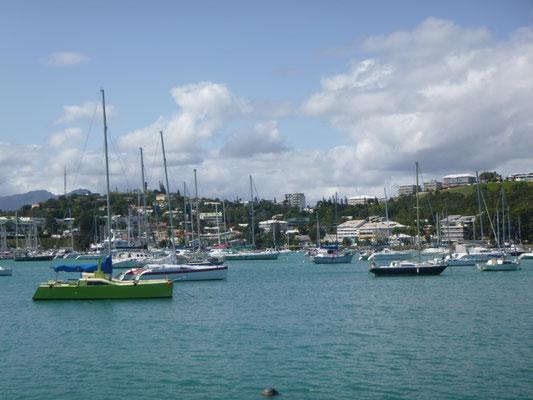 Hier hat wirklich jeder ein Boot, die geschützten Buchten sind rappelvoll