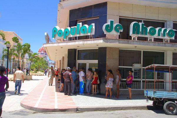 Lange Schlange vor der Bank: Was gibt´s blos hier ? Etwa Geld ?