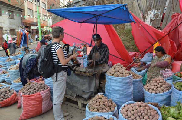 Zwischen den Kartoffeln finden wir einen kompetenten Schuhmacher, der Petras Wanderschuhe neu besohlt. Für umgerechnet 9,50 €
