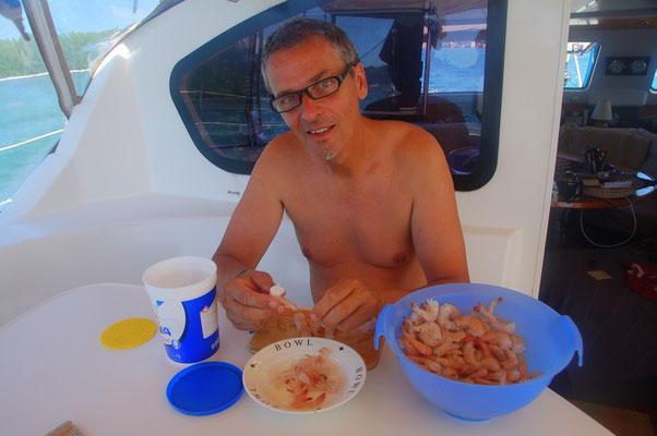 In Honduras bekommen wir von den Fischern ein 10ltr.-Eimer voller SHRIMPS geschenkt....für die ganze Woche.