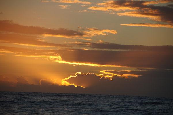 Sonnenaufgang auf See.....immer wieder etwas besonderes.