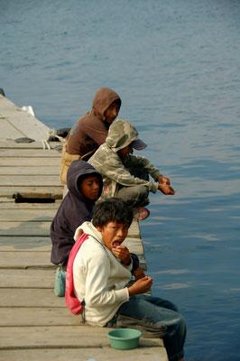 ..... und auch das Verkaufen der kleinen Fische macht die Jungs gerade mal satt.