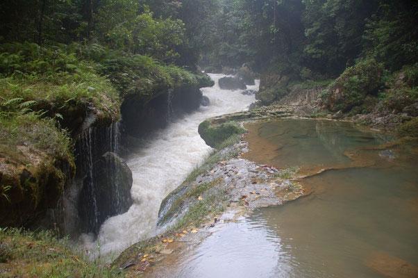 Tosende Wasser unter den Terrassen von Semuc Champay....