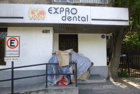 Vor einem Dentallabor:  Obdachlose liegen überall wo irgendwie möglich.