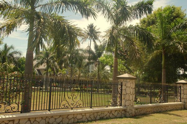 Die Wohnhäuser auf der Insel sieht man oft nicht, da die Grundstücke riesig.....