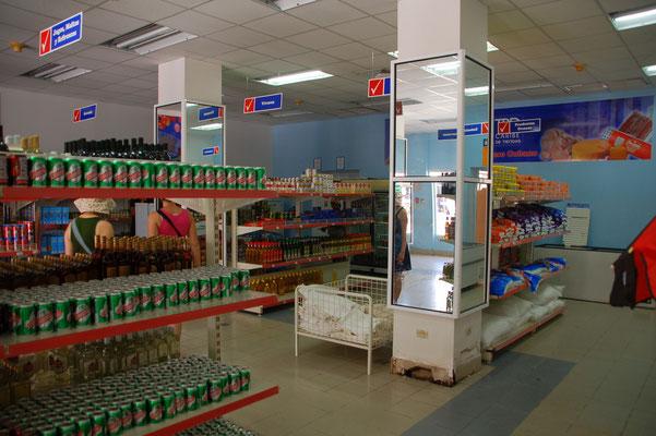 Die Supermärkte sind gut sortiert,  zumindest sind alle Regale gefüllt.
