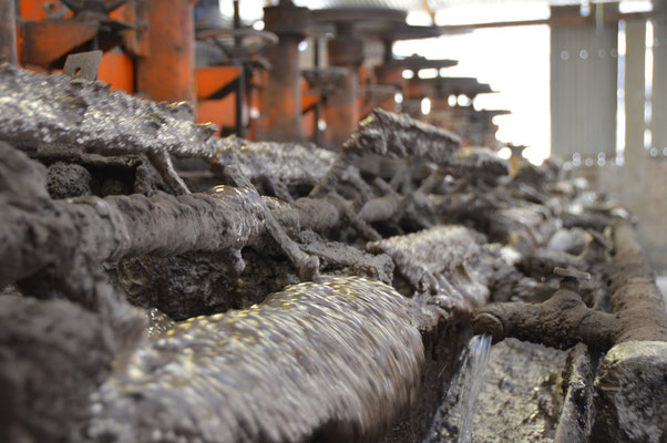 Der metallhaltige Schlamm wird abgeschöpft...