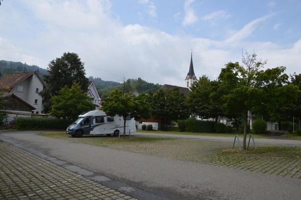 Parkplatz in der Ortsmitte von Staad