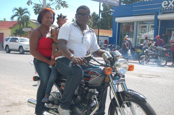 Die ganze Familie auf dem Moped.......