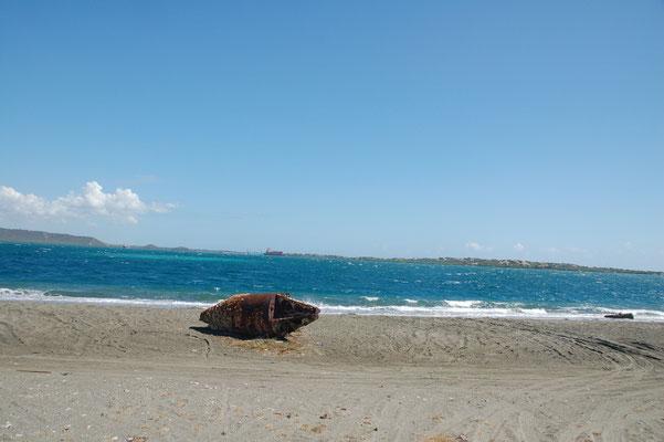 Die Tonne in der Bucht ist an den Strand getrieben...mit Ankerstein.