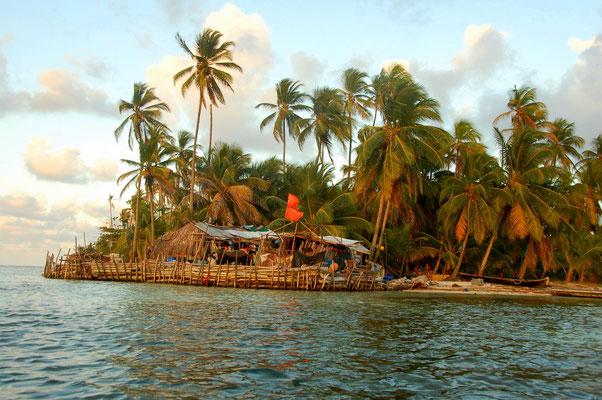 Typische Kunahütten auf der Windseite der Insel Cambobia