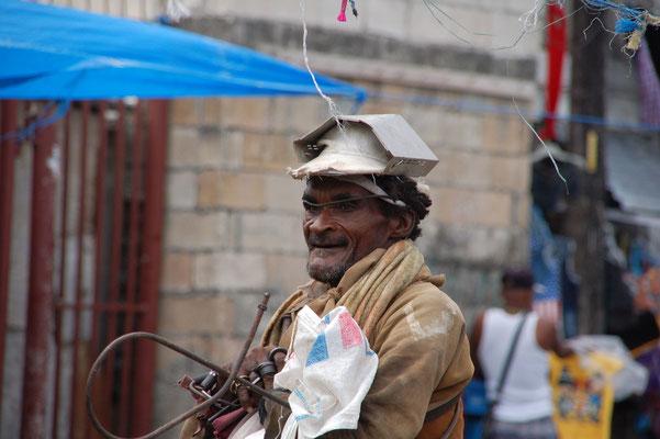 Es gibt erstaunlich arme Menschen....(man beachte die Kopfbedeckung)