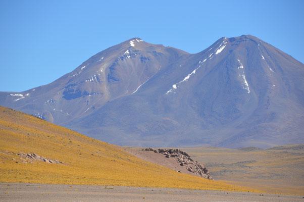Die vielen umliegenden Vulkanos sind bis zu 6.150m hoch