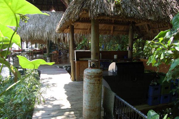 Rechts die offene Küche, dahinter der Palapa, direkt am Wasser