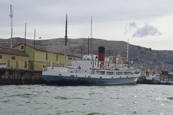 Altes Dampfschiff in PUNO