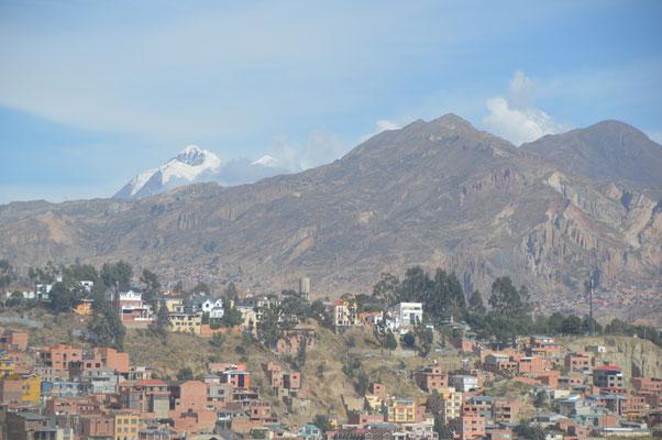 LA PAZ ist umgeben von schneebedeckten , sehr hohen Bergen