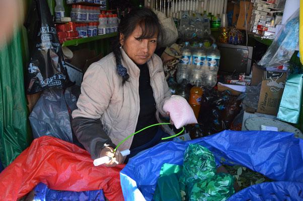 Auf dem Markt erstehen wir Dynamit, Zünder und Cocablätter als Mitbringsel für die Bergleute